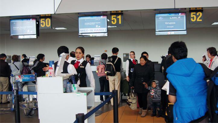 chequeo equipaje en el counter de la aerolinea